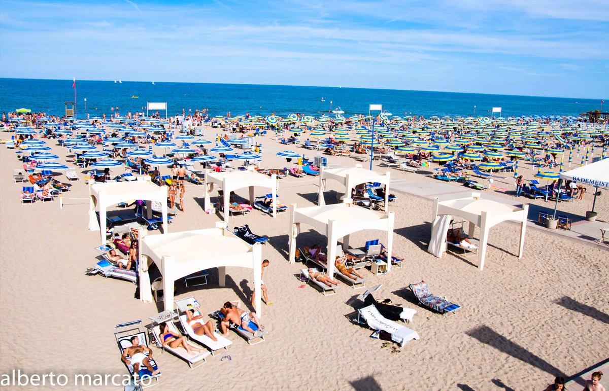 Matrimonio Spiaggia Sottomarina : Bagni clodia festeggia anni turismo e vacanze