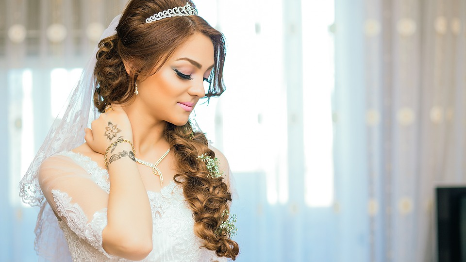Acconciature da sposa per capelli lunghi  3 idee - Moda e fashion b94e983f33b7