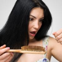 Caduta dei capelli: 2 rimedi naturali per evitarla