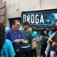 """In Via Ricasoli i Volontari della Campagna sociale """" Scopri la Verità sulla Droga"""" distribuiscono opuscoli per informare la popolazione."""