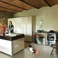 Forme essenziali per un design contemporaneo: le cucine a legna e combinate NEOS di J.CORRADI