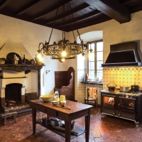 Linee sobrie ed ampie porte a tutto vetro rustica di j corradi la cucina che permette di - Riscaldare casa in modo economico ...