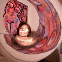 Silvia Tuccimei: Artista a tutto tondo che racconta nelle opere la sferzante sinergia dei colori