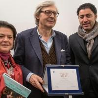 Museo Casa Natale di Gabriele D'Annunzio: Vittorio Sgarbi consegna una prestigiosa targa alla carriera alla Dottoressa Lucia Arbace