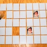 In ogni asilo nido, scuola e famiglia si deve giocare a giochi di memoria con foto dei volti