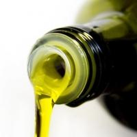 La produzione di bottiglie in vetro per olio