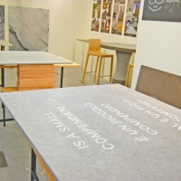 Il tavolo in Pietra Piasentina disegnato da Fabrica conquista gli ospiti di Marmomacc
