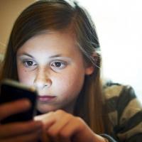 L'uso degli smartphone a letto è correlato con i problemi del sonno e scarso rendimento scolastico nei ragazzi