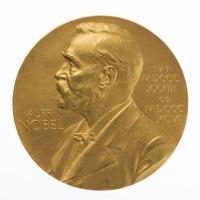 Collezionista di Firenze acquista la medaglia d'oro per il nobel al poeta quasimodo