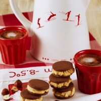 Caffè al cioccolato e biscotti di crema di nocciole