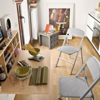 Aggiungi un posto a tavola con le sedie pieghevoli, ingombro zero e funzionalità in una mossa!