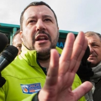 Salvini: Migranti vanno scaricati su spiagge con sacchetto di noccioline