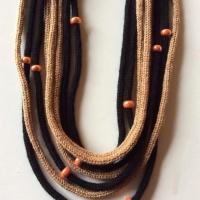 Collane di lana realizzate a mano: per riscaldarsi con stile