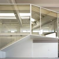 Una scatola di cristallo per accogliere clienti e visitatori  m12 AD racchiude gli uffici di  un' azienda alimentare in un contenitore evanescente