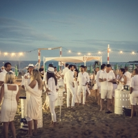 """300 persone alla """"One Night Beach"""",  la cena in bianco organizzata dal Tenda Bar sulla spiaggia di Lignano Pineta"""
