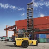 CLS integra la propria offerta con il nuovo carrello per container vuoti Hyster da 11t, in grado di sollevare agevolmente due container frigoriferi