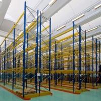 Un magazzino ben organizzato, con le giuste scaffalature