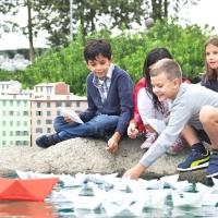 Puliamo il MiniMondo: migliaia di barchette di carta riciclata navigano con i messaggi ecologici dei bambini