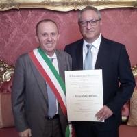 Mariglianella: Il Sindaco Felice Di Maiolo al fianco del concittadino Luigi Cossentino insignito del titolo di Cavaliere al Merito della Repubblica Italiana.