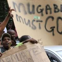 Zimbabwe, manifestanti anti-Mugabe marciano verso residenza presidente