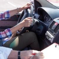 Patente di guida: in Italia si prende dopo i 21 anni