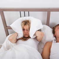 Scopri i 5 sintomi dell'apnea notturna mentre dormi