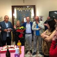 """Mariglianella: L'Associazione """"Maria SS. dell'Arco"""" premia la """"Mamma più anziana"""" nella Festa della Mamma. Presenti il Sindaco Felice Di Maiolo ed il Parroco Don Ginetto De Simone."""