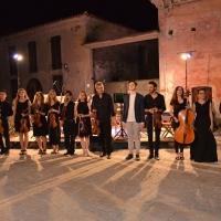 """La Piccola Orchestra Veneta, diretta dal Maestro Giancarlo Nadai, e il soprano Loredana Zanchetta incantano il pubblico a """"Musica sotto le stelle""""."""