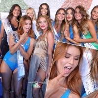 Concorrente di Miss Italia sbircia attraverso la scollatura della prorompente showgirl Tanya La Gatta, beccata! e la foto diventa virale sul web.