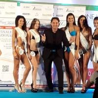 Il cantante Angelo Seretti conclude la tournée estiva tra le miss