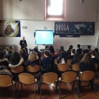 La scuola: ambiente ideale per infomare i giovani sui pericoli delle droghe.