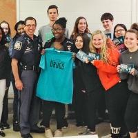 """Un Ufficiale di Polizia del Maryland adotta il programma """"La Verità sulla Droga"""" e lo porta nelle scuole"""
