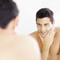 """Cosmesi al maschile, anche il """"macho"""" usa l'antirughe"""