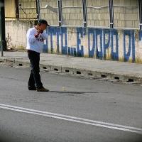 Partita di golf nelle buche stradali di Napoli con Augusto De Luca