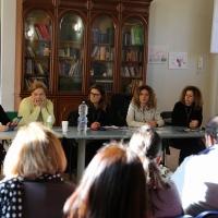 Chore dona i suoi raccoglitori allo Sportello Salva, servizio attivo nel contrasto alla violenza sulle donne