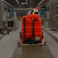 Funzioni avanzate di un lavasciuga per pavimenti industriali