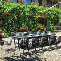 Tavolo Montepulciano e sedia Pienza di Greenwood. Il dining set funzionale e versatile per l'outdoor moderno.
