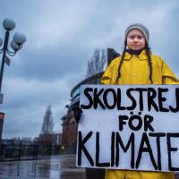 """- Pianeta Terra, 15 Marzo 2019: Greta Thunberg e 1.600.000 attivisti di """"Fridays for Future"""" hanno marciato per il clima.  (Scritto da Antonio Castaldo)"""