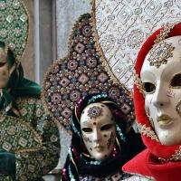 Le maschere dei Figli di Bocco colorano la Casa Pia
