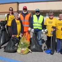 Volontari tengono pulito il quartiere di San Gregorio