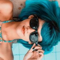 Aperitivo a bordo piscina: l'abbigliamento alla moda consigliato