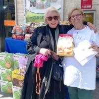 Dolcetti pasquali per gli anziani dai volontari La via della felicità