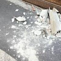 Crollo calcinacci e pezzi di cornicione nelle case popolari di Ponticelli (NA)