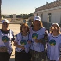 Sulla litoranea di Barletta i volontari regalano una copia de La Via della Felicità