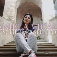 """""""A schermo spento"""", il nuovo singolo di Daniela Vicale che condanna il mondo dei social"""