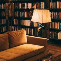 Una coccola in dono: idee per il Natale 2019 con un bel libro e un bicchiere di vino