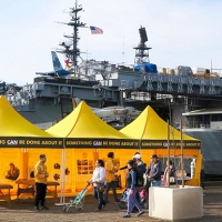 La tenda dei Ministri Volontari di Scientology sul lungomare di San Diego, California