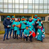 """Ravenna – Sotto la pioggia, sabato scorso i volontari """"Mondo libero dalla droga"""" distribuiscono centinaia di opuscoli di prevenzione alla droga."""
