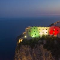 Costiera Amalfitana – Il Monastero Santa Rosa s'illumina del Tricolore