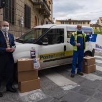 I Bianchi di Santo Spirito donano gel monouso ai portalettere di Poste Italiane
